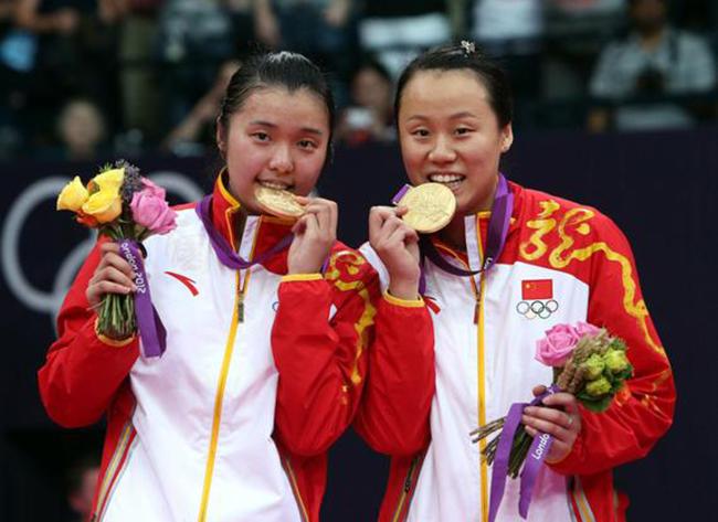 9月5日,中国羽毛球国家队再失一员悍将,伦敦奥运会女双冠军田卿日前宣布正式从国家队退役,不过她表示还会参加2017年天津全运会。   田卿是优秀的羽毛球女子双打运动员,她大器晚成,过去一直没有特别好的搭档,一直到2010年和赵芸蕾配对以后,成绩开始突飞猛进,当年就获得广州亚运会的女双冠军。2011年获得世锦赛亚军,那一年她还作为苏迪曼杯冠军成员,第一次获得世界冠军。2012年伦敦奥运会她和赵芸蕾夺得女子双打金牌,随后在2014年和2015年两次夺得世锦赛的冠军,此外在2012年和2016年两次随队夺得