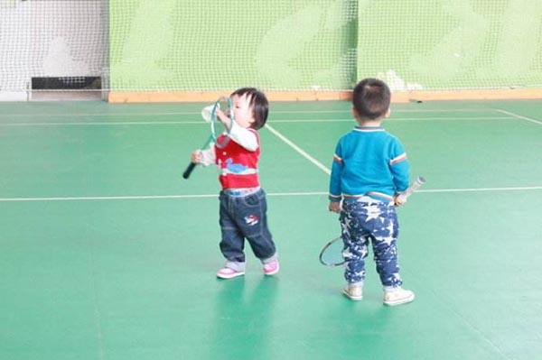 全民健身時代到來,現在可不是成績好就吃得開,除了學習,還需要多多注意德、體、勞多面發展,恰好,打羽毛球不僅讓小孩鍛煉身體,培養一項業餘愛好,還能結實志同道合的朋友,打開社交圈等等。下面,楚天運動頻道小編就來給您科普一下,讓小孩子學打羽毛球能帶來什麼好處。  第一,打羽毛球能夠有效的遏制弱視與近視的發展勢頭,甚至稍加治療内視眼(對眼)。